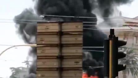 Autobus in fiamme su viale Regina Margherita