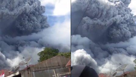 Indonesia, la spaventosa eruzione oscura il cielo: colonna di cenere e fumo impressionante