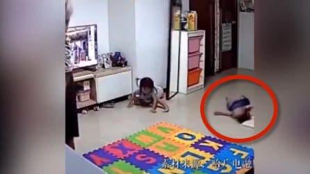 Lo specchio cade sulla figlia, papà si sacrifica e la salva