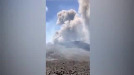 L'Etna riprende l'attività eruttiva: la colonna di cenere dal cono della sella