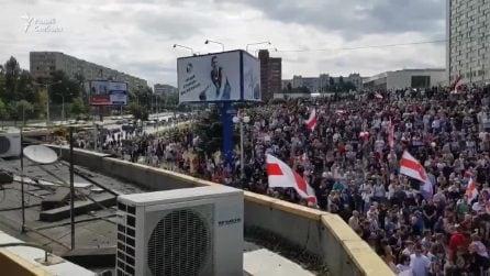 Bielorussia, migliaia di persone ai funerali del ragazzo ucciso. La folla inneggia Svetlana Tikhanovskaya