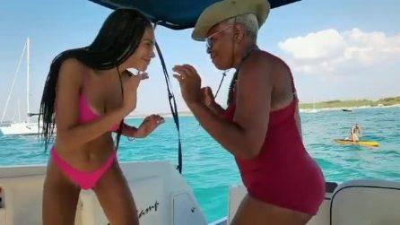 Elodie si scatena in barca: il balletto con la nonna