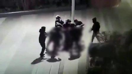 Parigi, 15enne preso a sprangate e ridotto in coma da dieci coetanei