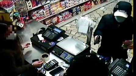 Pistola in faccia alla commessa al Rione Alto: i rapinatori si coprono con la mascherina Covid