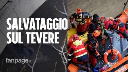Clochard intrappolato sulla banchina del Tevere: le immagini del salvataggio dei vigili del fuoco