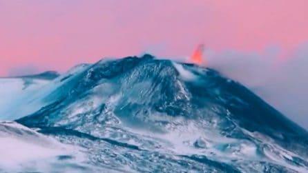 L'Etna sembra un quadro: il gioco di colori all'alba durante l'attività eruttiva