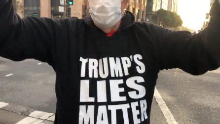 Solo un sostenitore di Trump va a protestare sotto la sede di Twitter