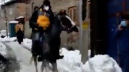 Troppa neve in strada: il corriere di Amazon arriva con il cavallo