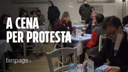Locali aperti per protesta: a Bologna in 50 per una pizza al tavolo e cori contro la polizia