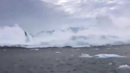 Un pezzo del ghiacciaio si stacca e genere uno tsunami: i pescatori scappano impauriti dall'onda anomala