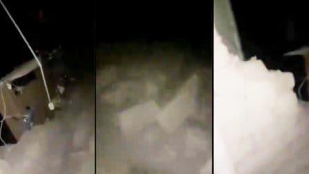 Le lacrime di una donna che ha perso la sua casa dopo il violento terremoto