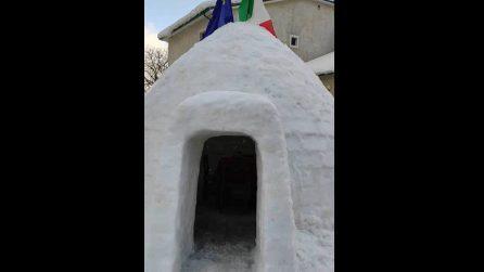 Le temperature sono glaciali, spunta un igloo al centro del paesino in Abruzzo