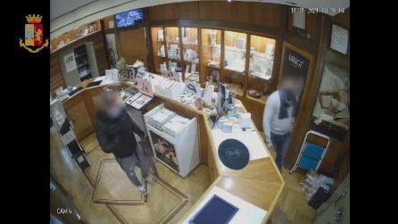 """Napoli, tentata rapina in gioielleria: il proprietario """"imprigiona"""" il ladro, poi lo mette in fuga"""