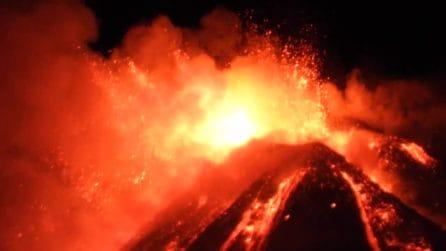 L'eruzione dell'Etna vista da vicino: le immagini sono spettacolari