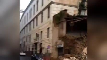 Crollo nella chiesa del Rosariello a Napoli, traffico paralizzato