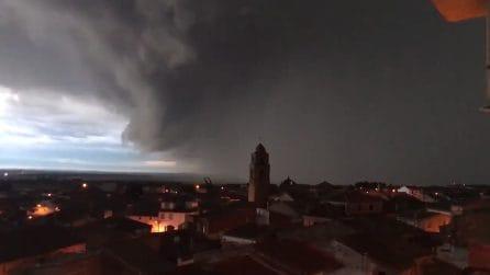 Le nuvole arrivano veloci e si scatena improvvisamente una tempesta: le immagini impressionanti