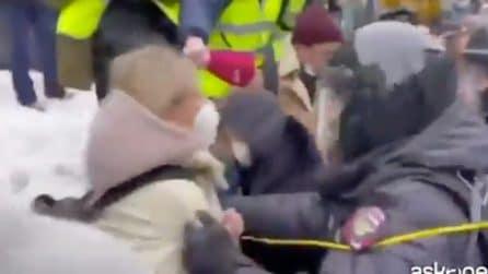 """Navalny, ecco le immagini dell'arresto lampo dell'oppositrice Liubov Sobol che grida """"fascisti"""""""