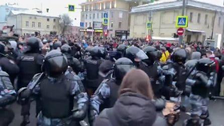Russia, giovani protestano in strada: la polizia antisommossa non riesce a fermarli