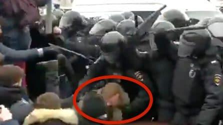 Russia, provano a liberare l'amico fermato dalla polizia durante le proteste