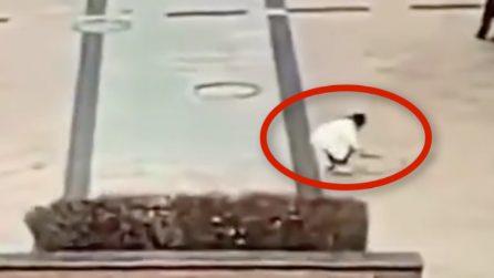 Cina, bambino getta un petardo nel tombino: l'esplosione è spaventosa