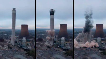 10 secondi e la torre non esiste più: l'esplosione controllata è spettacolare
