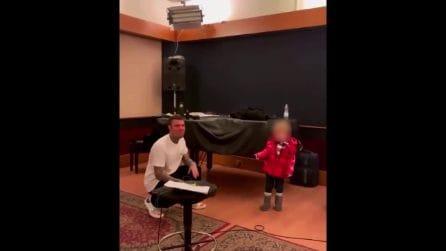 Fedez canta la canzone di Sanremo 2021 davanti a Leone