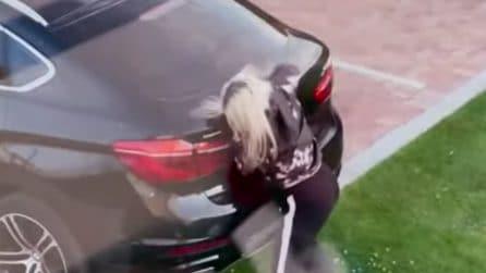 """Colpisce il portabagagli dell'auto a ripetizione: il fratello le ha fatto uno """"scherzo"""""""