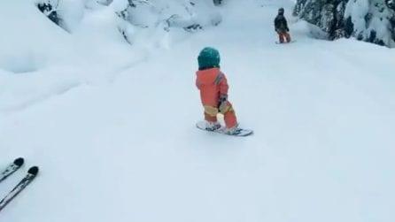 Ha solo 4 anni, ma va sullo snowboard come un veterano