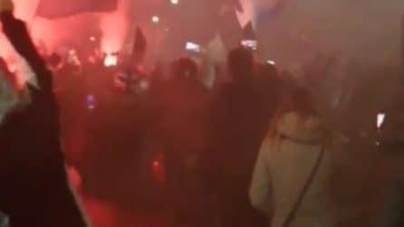 Fumogeni, cori e bandiere: i tifosi dell'Atalanta accompagnano la squadra allo stadio