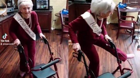 Nonnina compie 100 anni e ha una carica incredibile: balla il twist con il deambulatore
