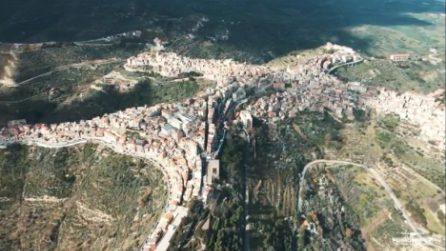 Che forma vedi? Il caratteristico borgo italiano visto con il drone