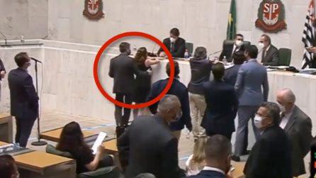 Le telecamere filmano la scena: deputato accusato di aver molestato la collega in aula
