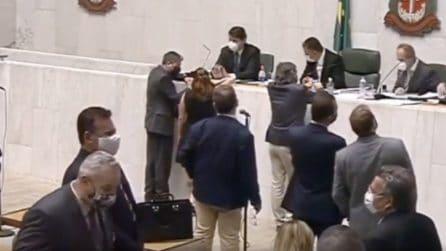 Il deputato molesta la collega: tutto viene ripreso dalle telecamere dell'assemblea brasiliana