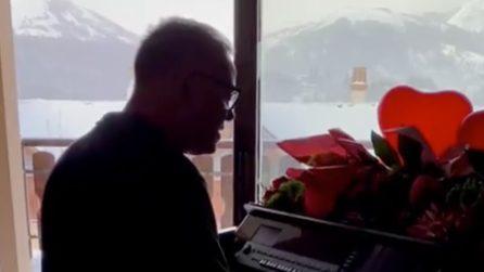 La malinconica canzone di Gigi D'Alessio cantata il giorno di san Valentino