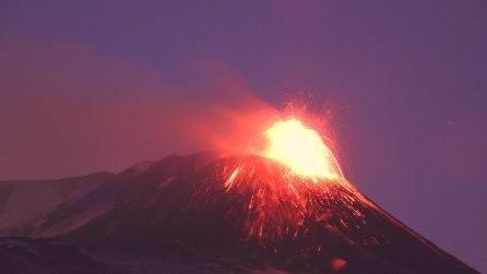 L'Etna non si ferma: fontane di lava dal cratere di Sud Est ed esplosioni
