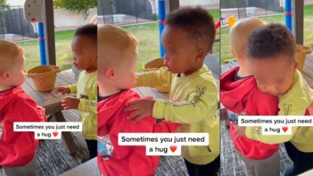 Il bimbo è un po' triste, l'amichetto gli regala un caldo abbraccio: questo è l'amore puro dei più piccoli