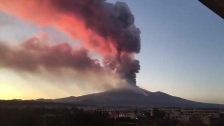 L'Etna continua a eruttare: esplosione e colonna di fumo enorme visibile da lontanissimo