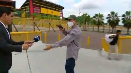 Rapina in diretta tv: il malvivente punta la pistola in faccia al giornalista