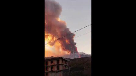 Eruzione Etna, altissima colonna di fumo visibile a chilometri di distanza