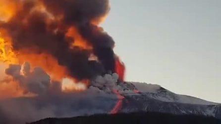Eruzione dell'Etna: esplosioni, colate di lava e pioggia di cenere e lapilli