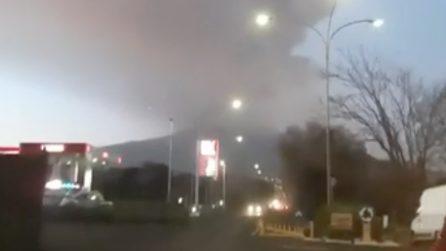 Eruzione Etna, pioggia di lapilli colpisce le auto a chilometri di distanza