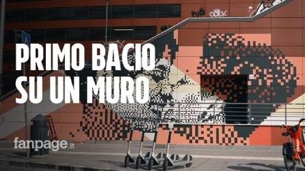 Roma, inaugurato il primo murale d'Italia con un bacio tra due donne