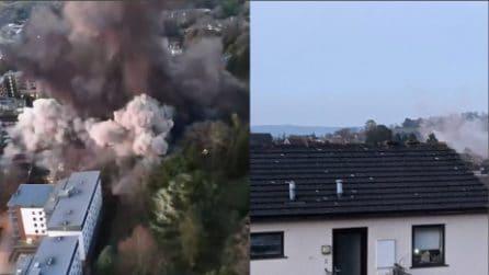 Esplosione controllata di una bomba della Seconda Guerra Mondiale, le case circostanti vengono danneggiate