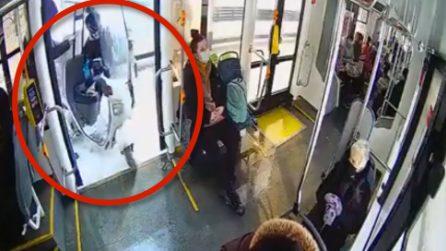 Si aprono le porte dell'autobus e i passeggeri restano increduli: la scena filmata dalle telecamere interne