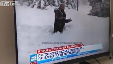 """Il """"truco"""" del giornalista mentre cammina nella neve: viene però scoperto"""