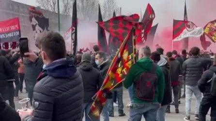 Milan-Inter, atmosfera bollente fuori allo stadio: i cori dei tifosi rossoneri