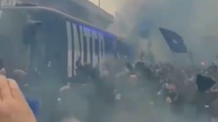 Arriva il pullman dell'Inter, salta ogni norma anti-COVID: i tifosi quasi si riversano sul bus