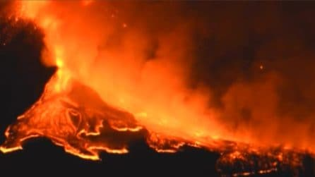 Etna, fontane di lava durante la notte: l'eruzione è spettacolare