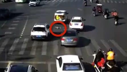 Un bambino cade dall'auto e finisce in strada in mezzo a un incrocio pericoloso