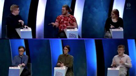 Risposta esatta dell'avversario durante il quiz in tv: il concorrente distrugge lo studio